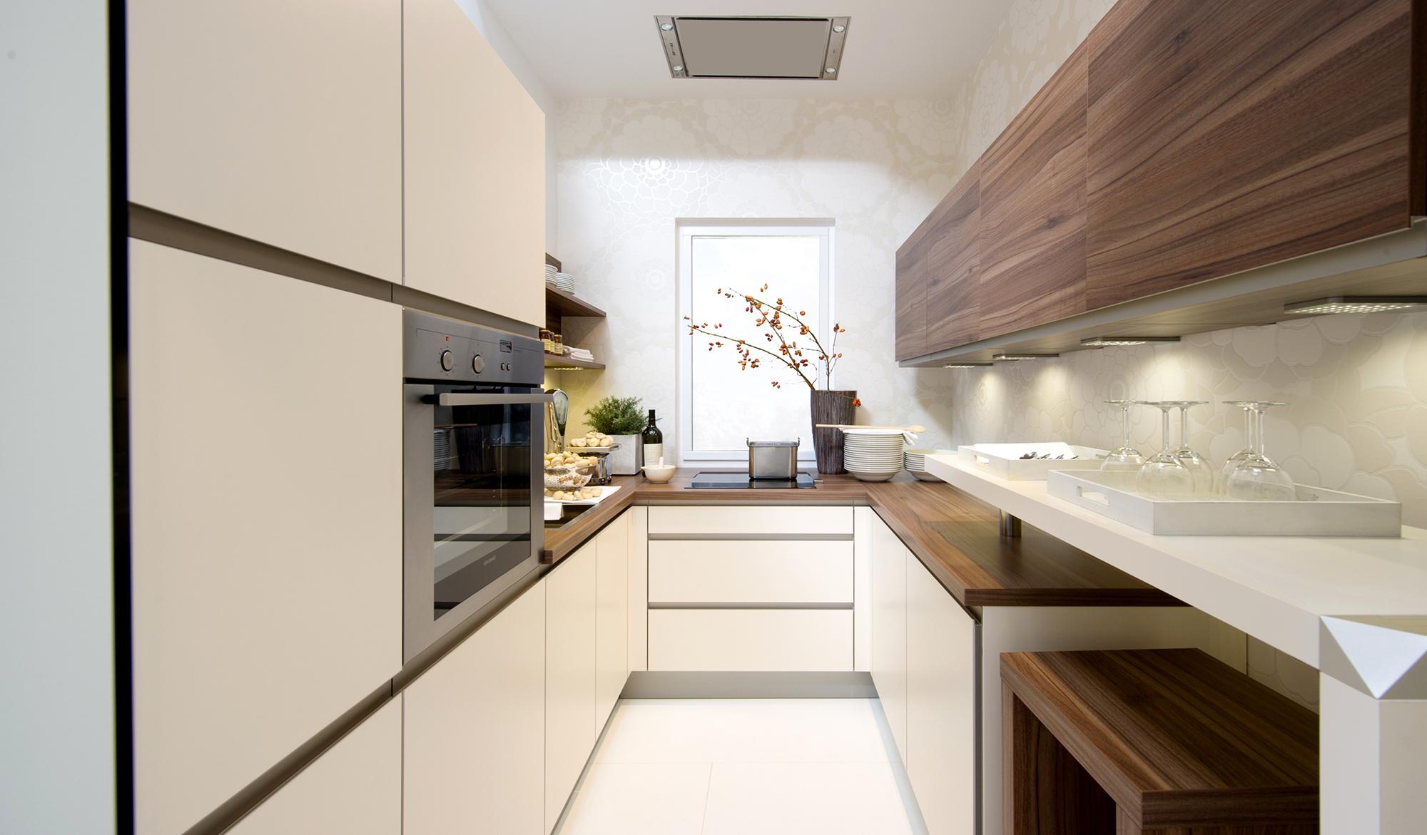 Современная узкая кухня в частном доме