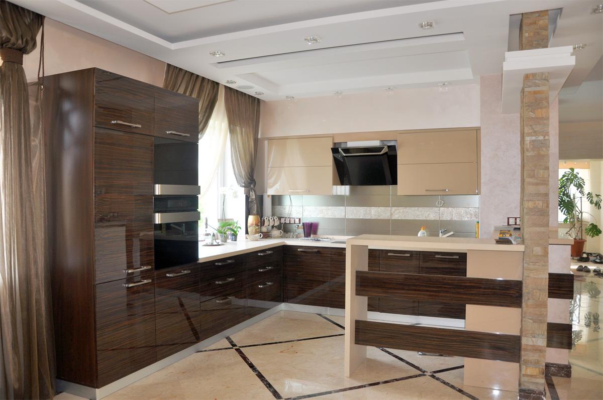 Небольшая кухня с барной стойкой в современном стиле