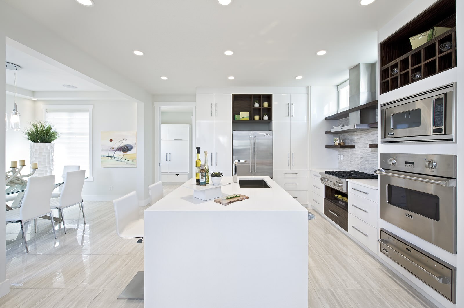 Современная кухня в белых тонах с островом