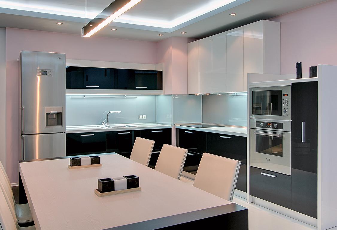 Черно-белая кухня в стиле минимализм с большим обеденным столом