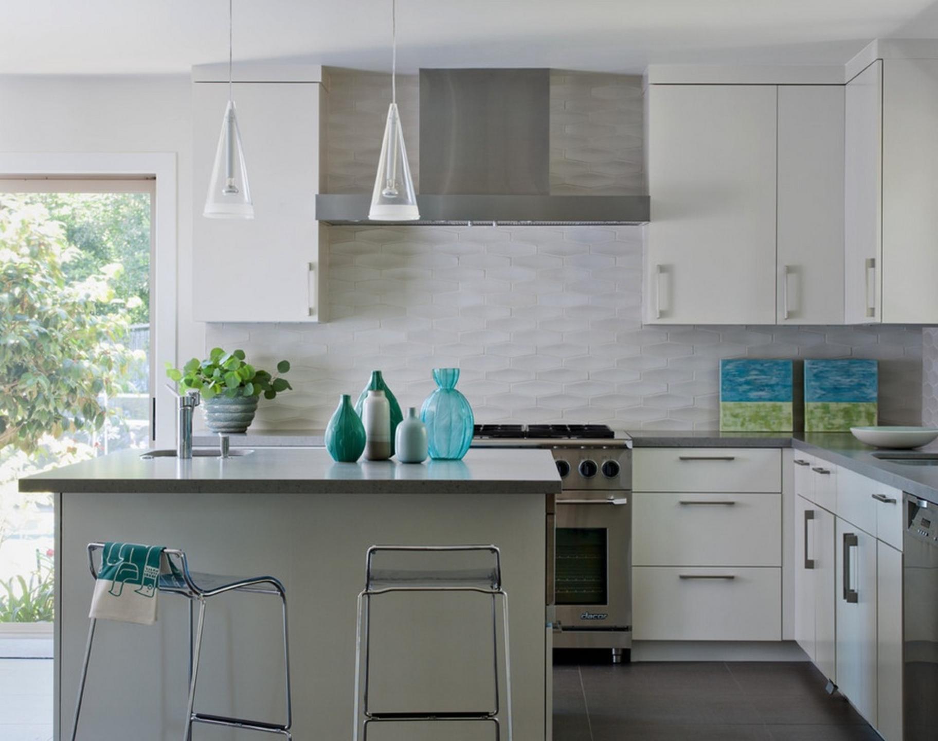 Белая минималистичная кухня с голубыми акцентами