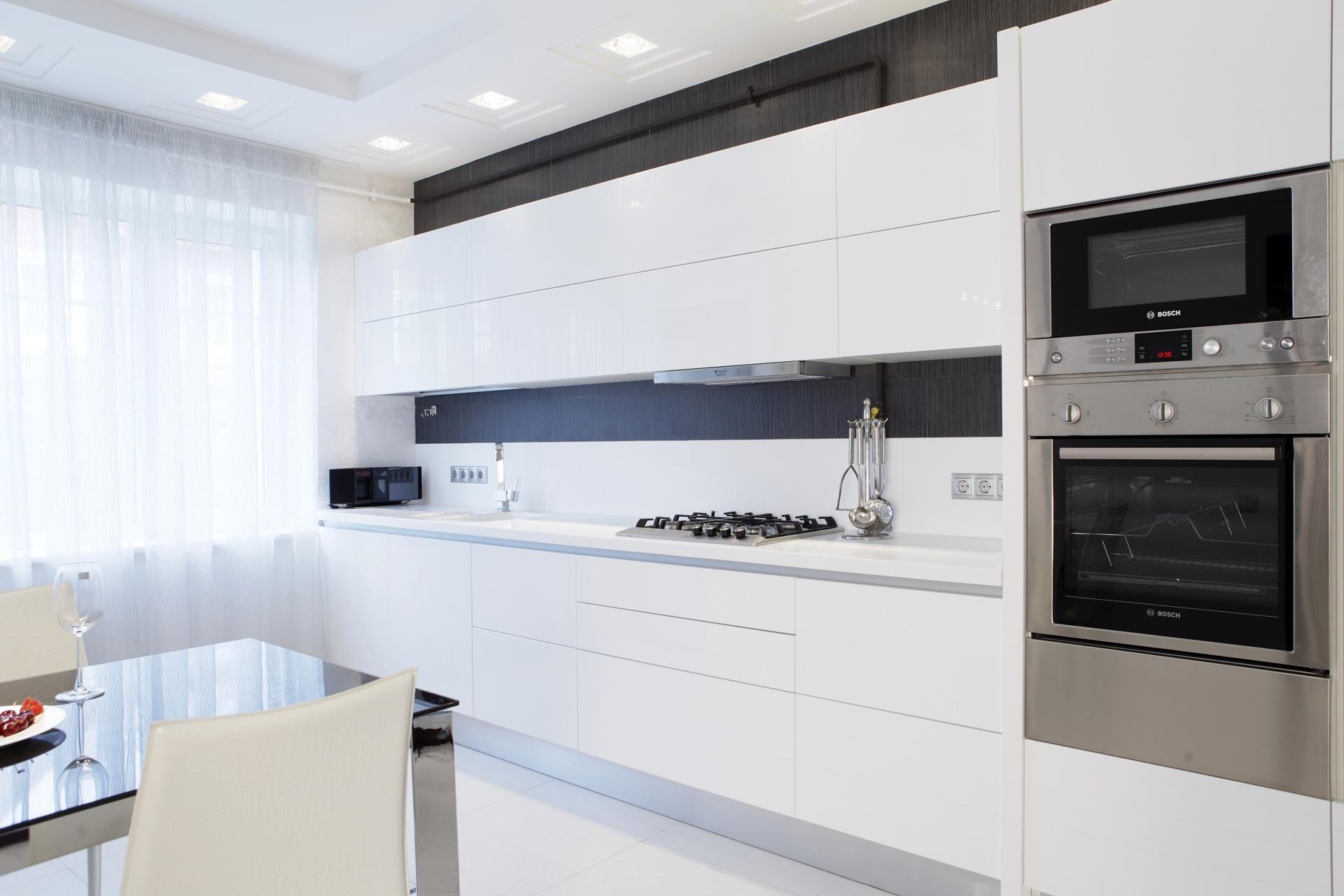 Светлая черно-белая кухня в стиле минимализм