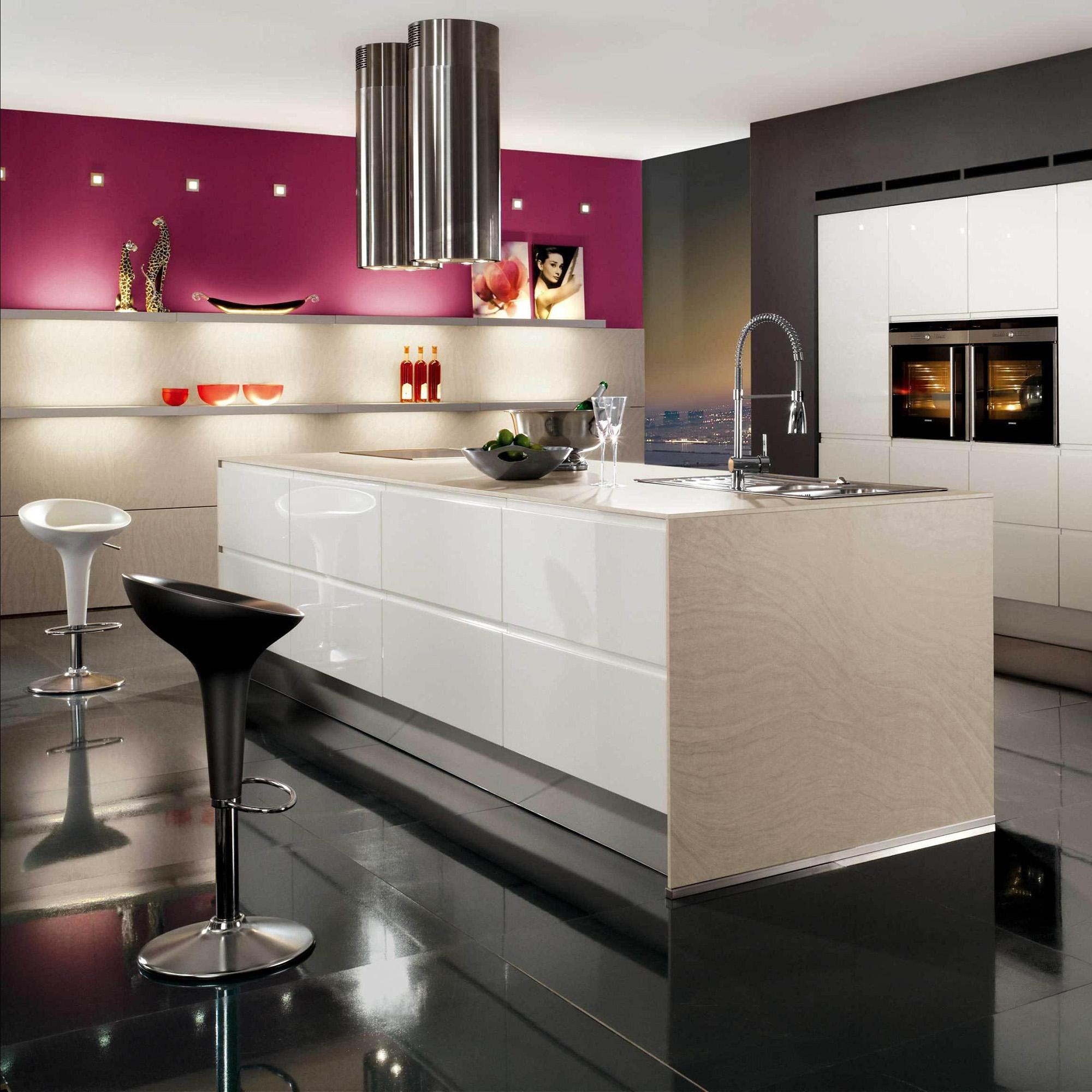 Черно-белая минималистичная кухня с островом с розовым акцентом на стене