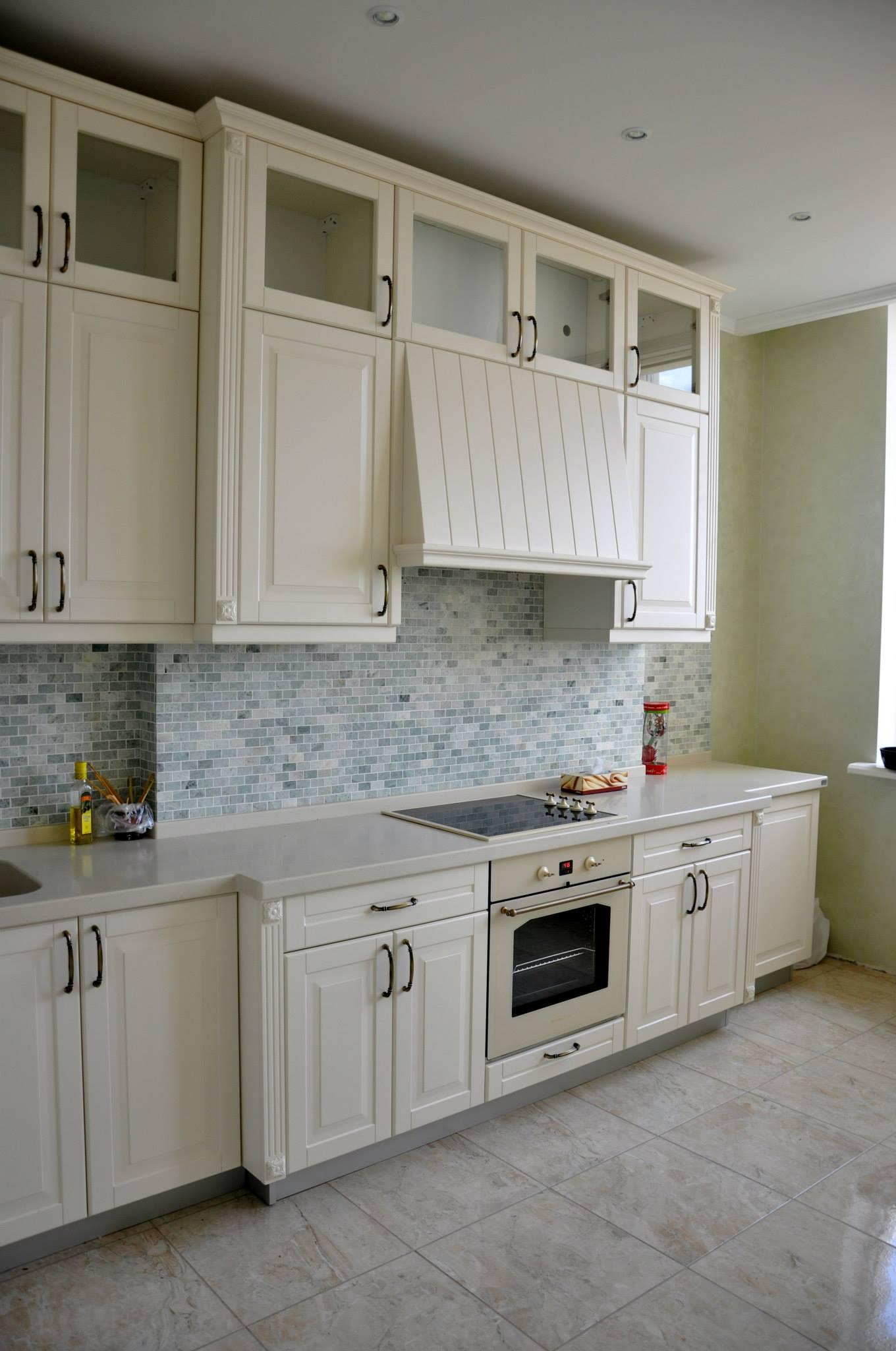 Фартук под мелкий кирпич в светлой кухне в стиле прованс