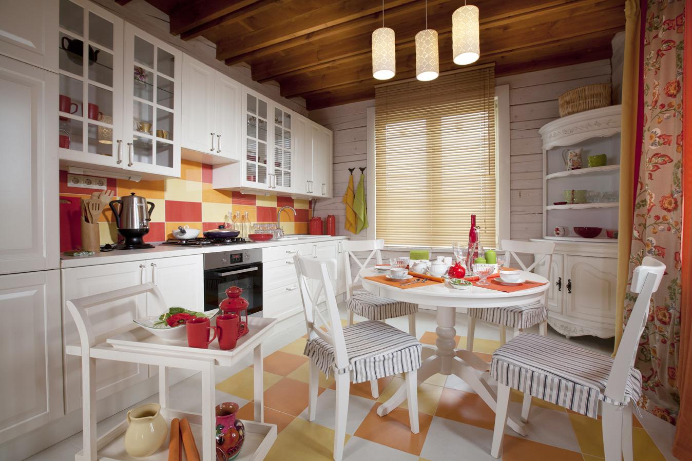 Белый, красный и оранжевый цвета в интерьере кухни в стиле прованс