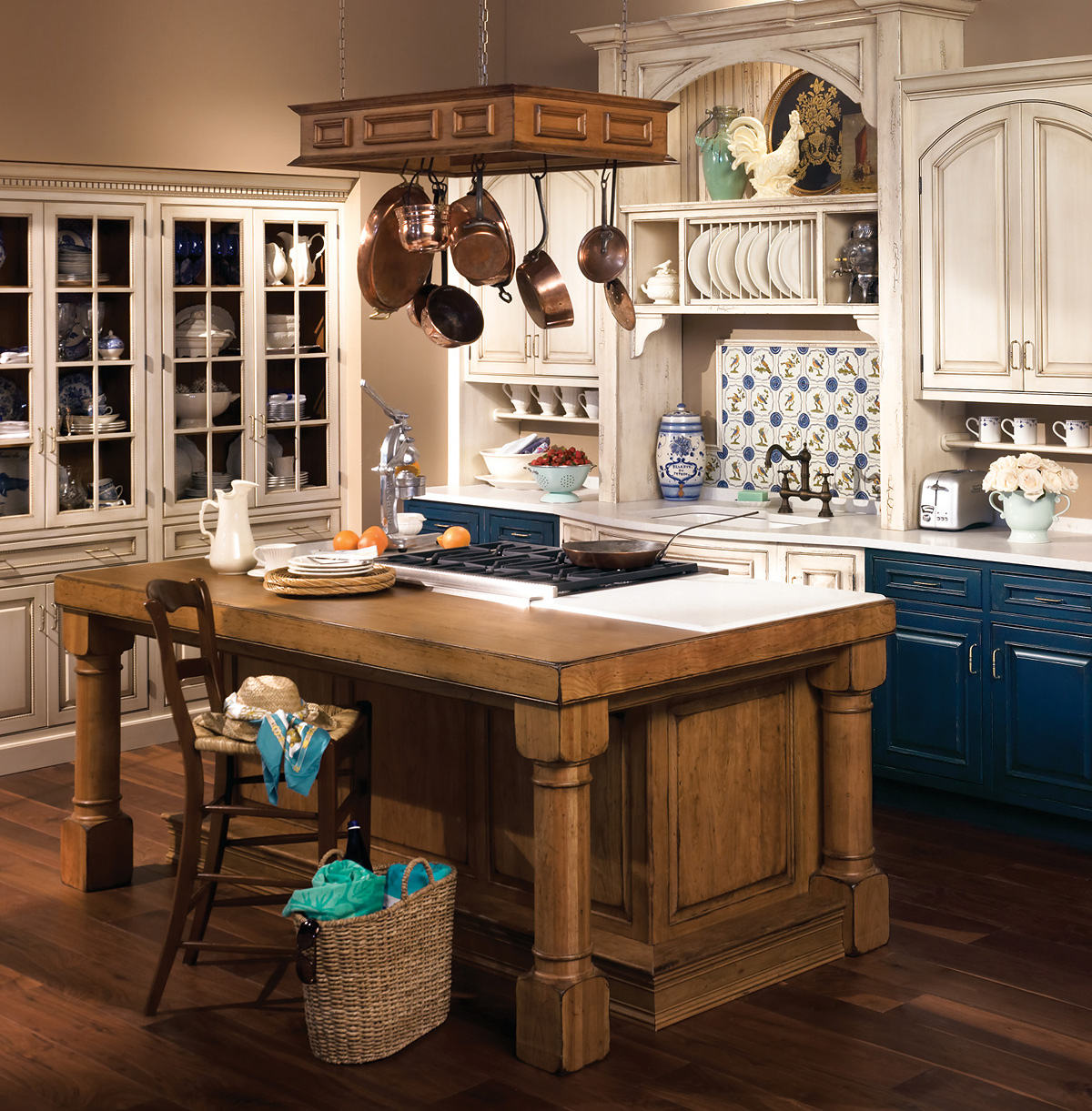 Коричневый, белый и синий цвета в интерьере кухни в стиле прованс