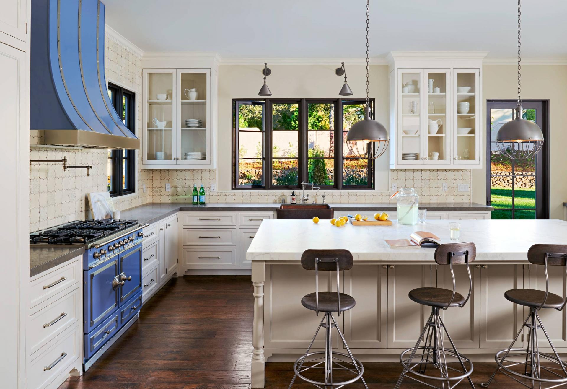 Бело-синяя кухня с островом в стиле прованс