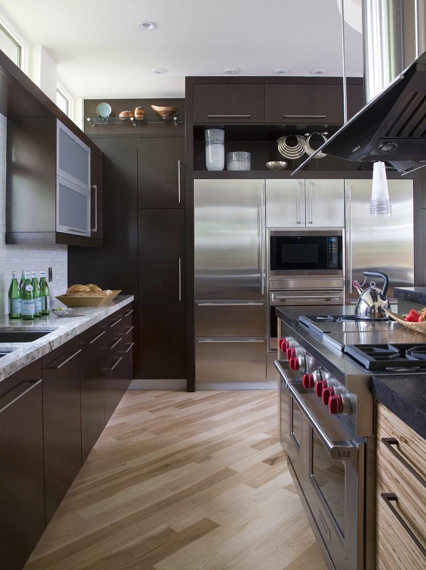 Кухня цвета темного венге с каменной столешницей