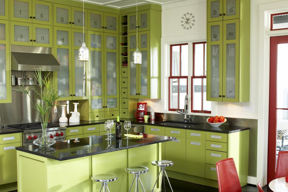 Красивая зеленая кухня с красными акцентами