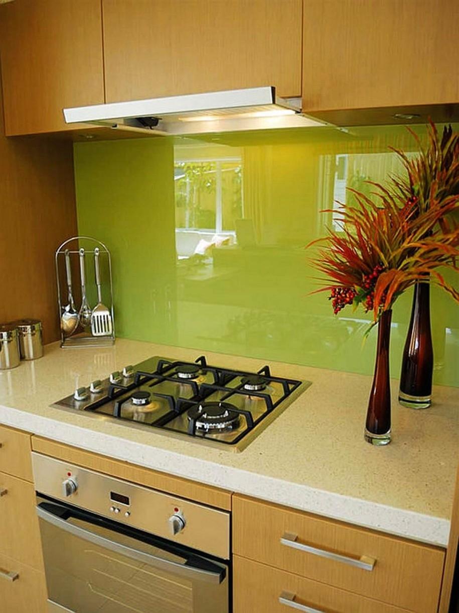 Зеленый стеклянный фартук на кухне