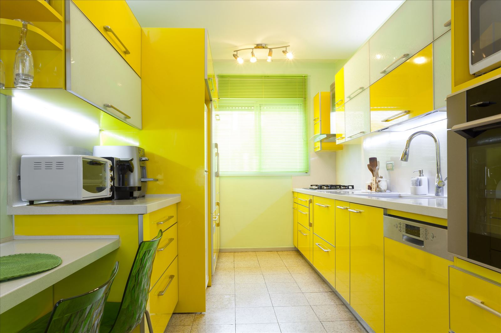 Желто-зеленая узкая кухня
