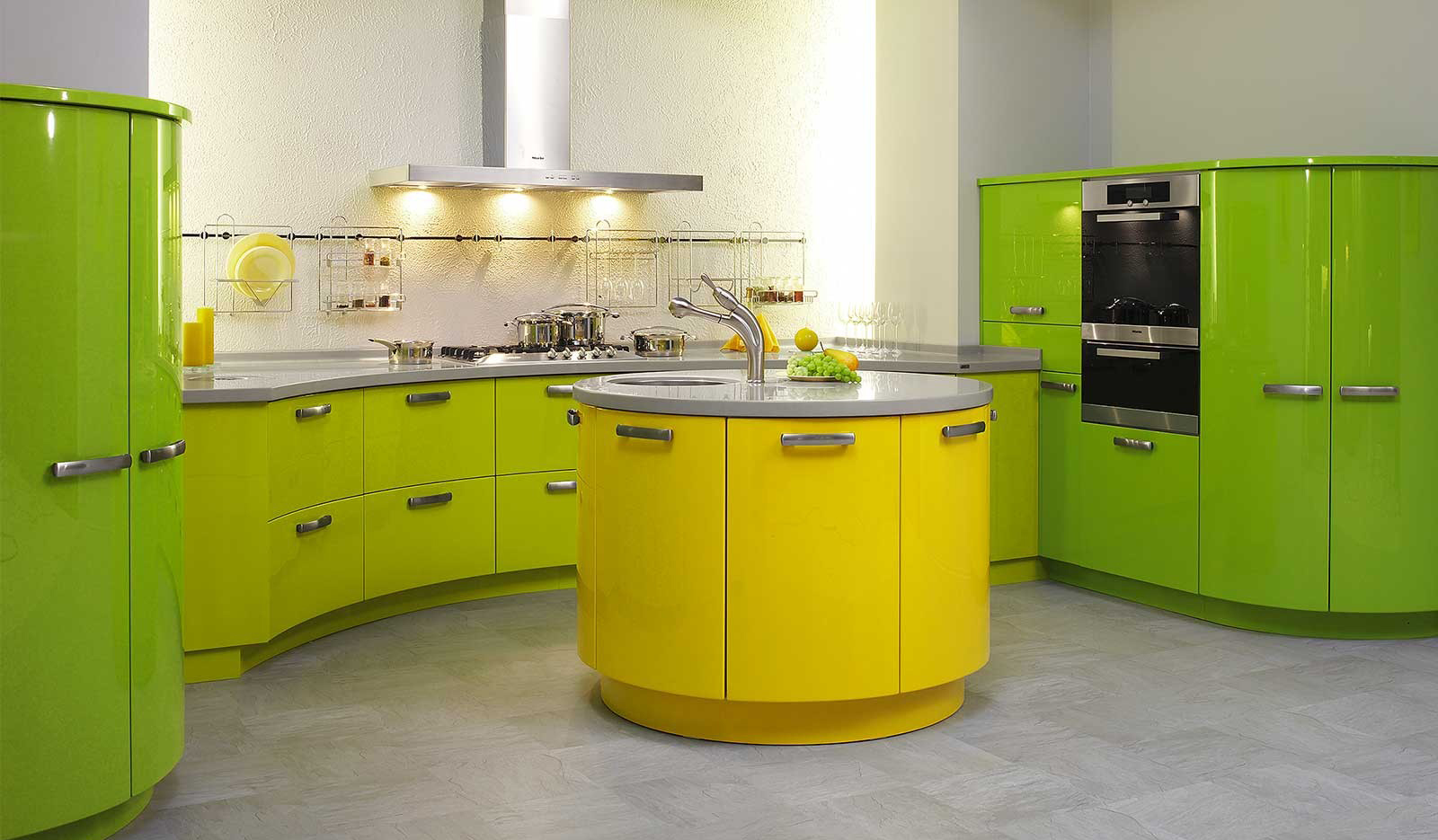 Желто-зеленая кухня с круглым островом