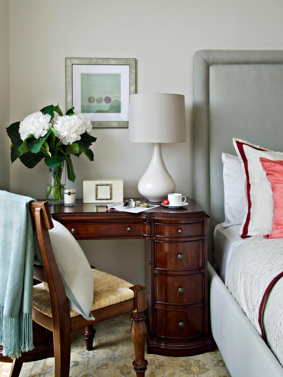 Лакированный рабочий стол в спальне