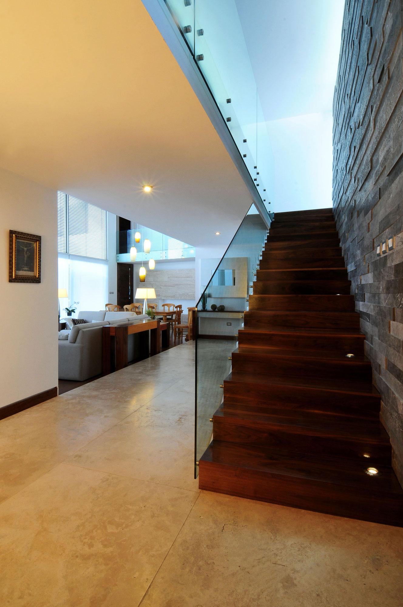Отделка стен декоративным камнем у лестницы