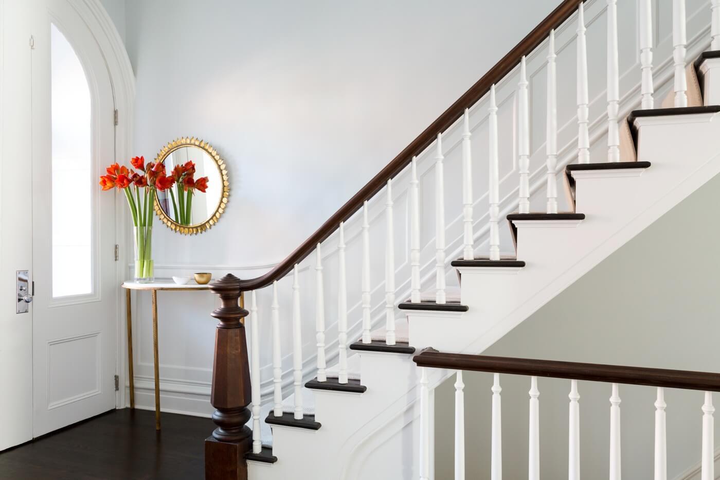 Молдинги в интерьере у лестницы