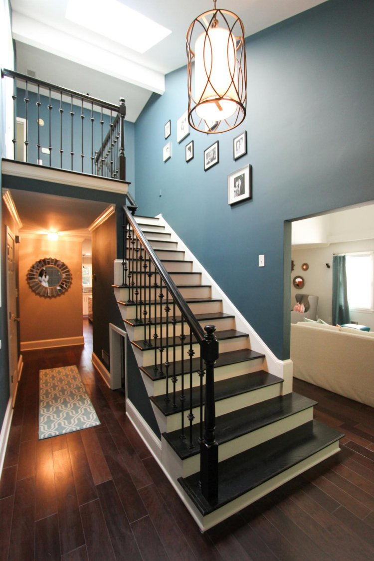 Фотографии над лестницей в интерьере