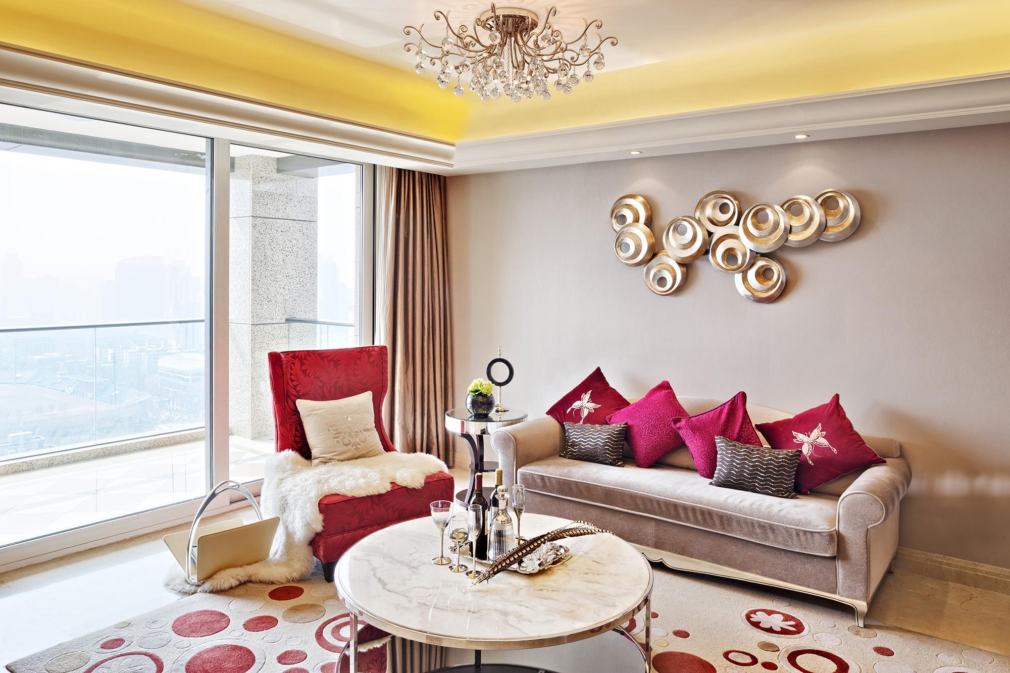 Красивая люстра с завитками в гостиной