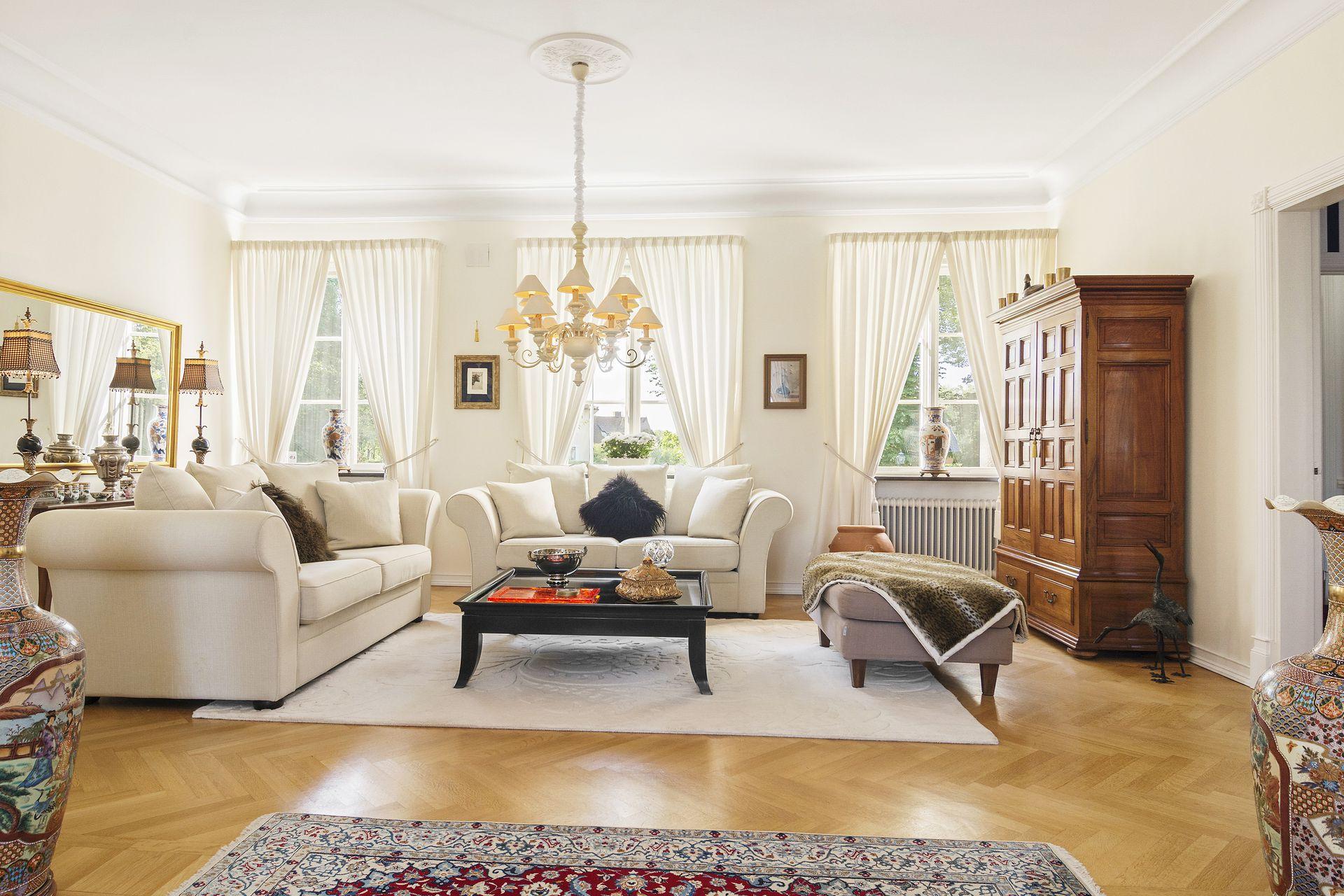 Красивая белая люстра в классической гостиной