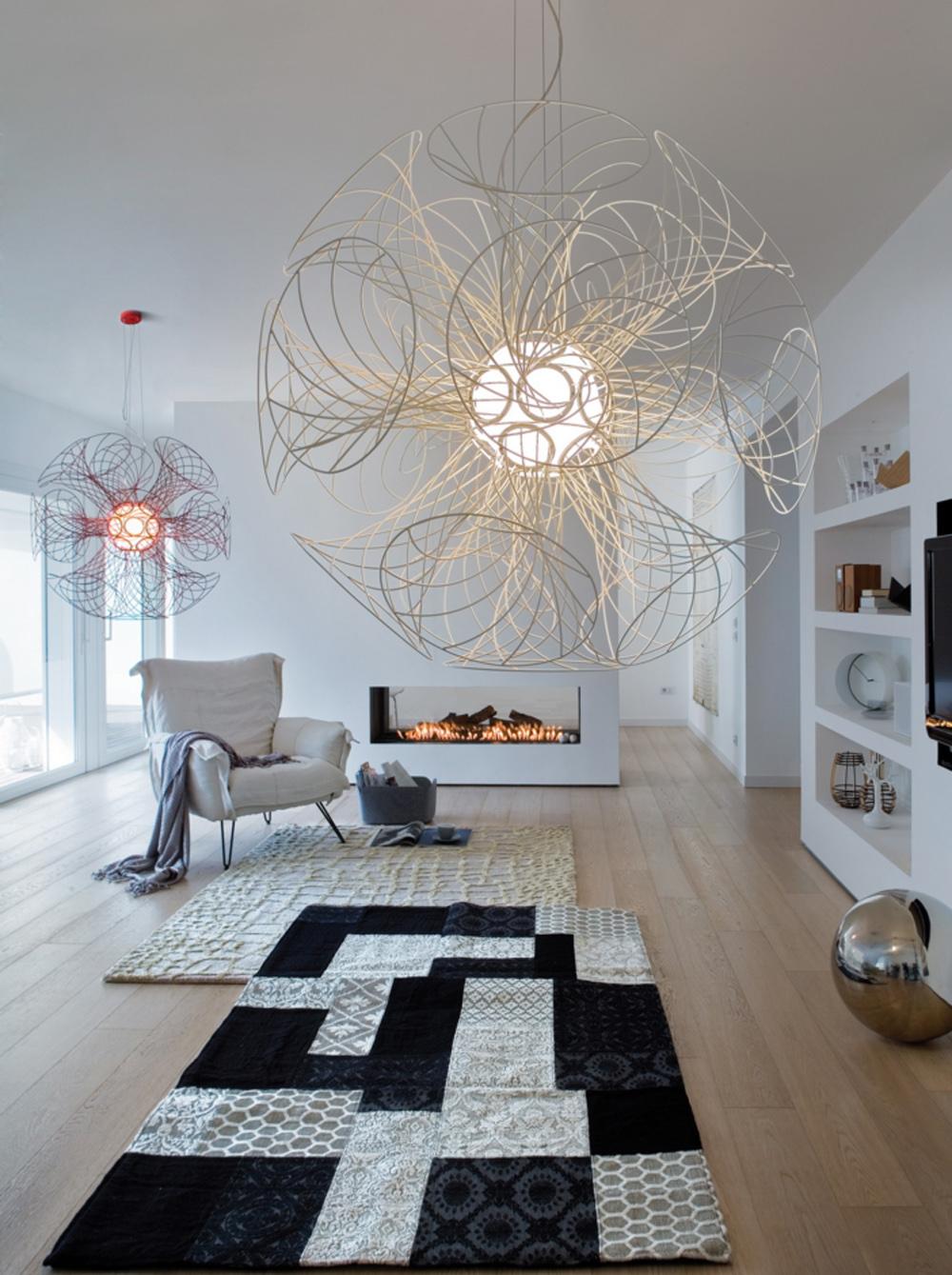 Необычные люстры в гостиной