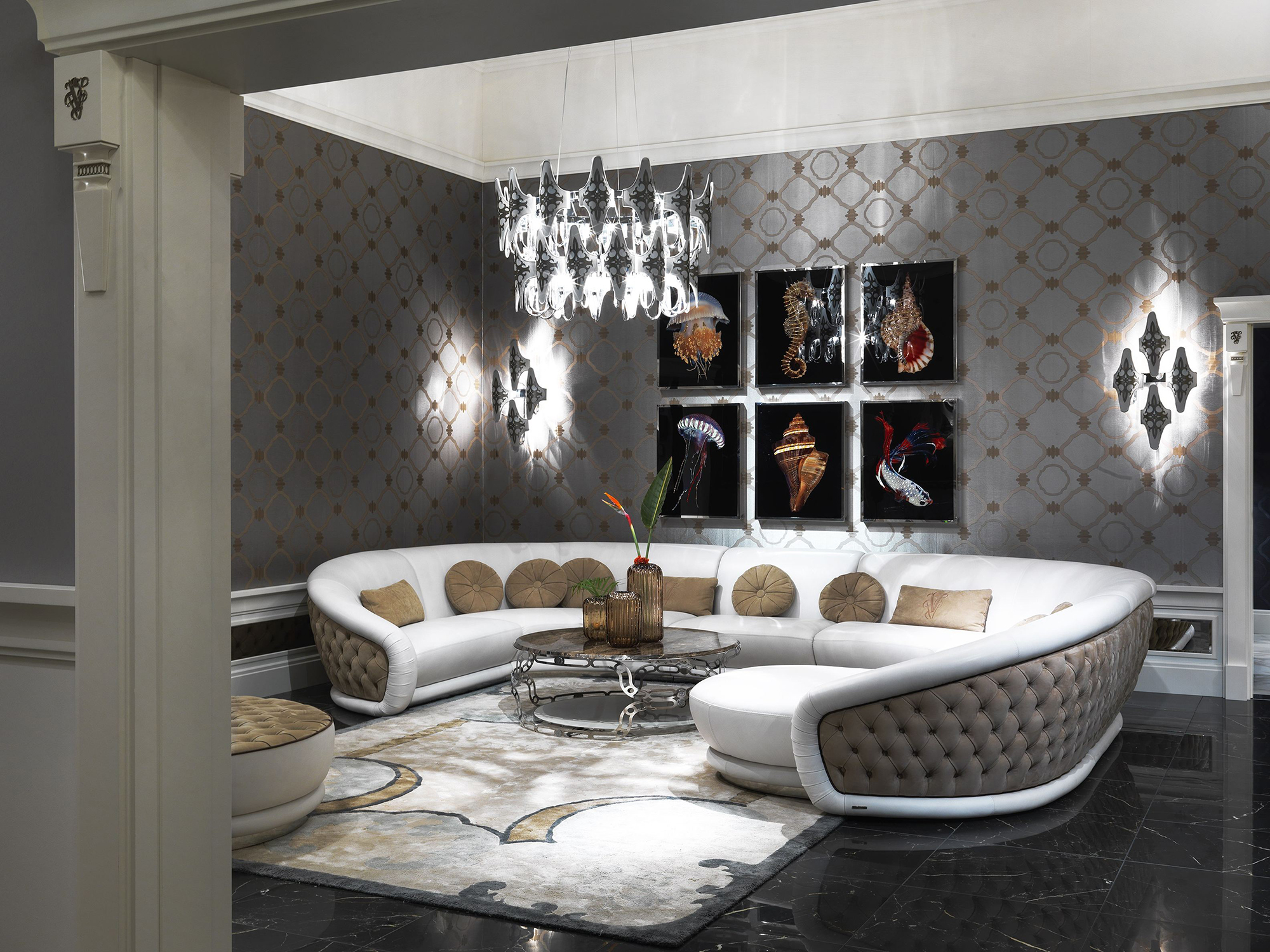 Люстра и настенные лампы в одном стиле в гостиной