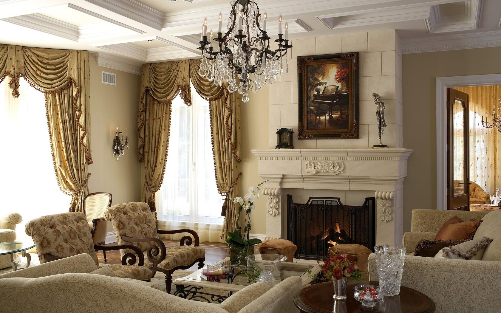 Кованая люстра в гостиной с камином