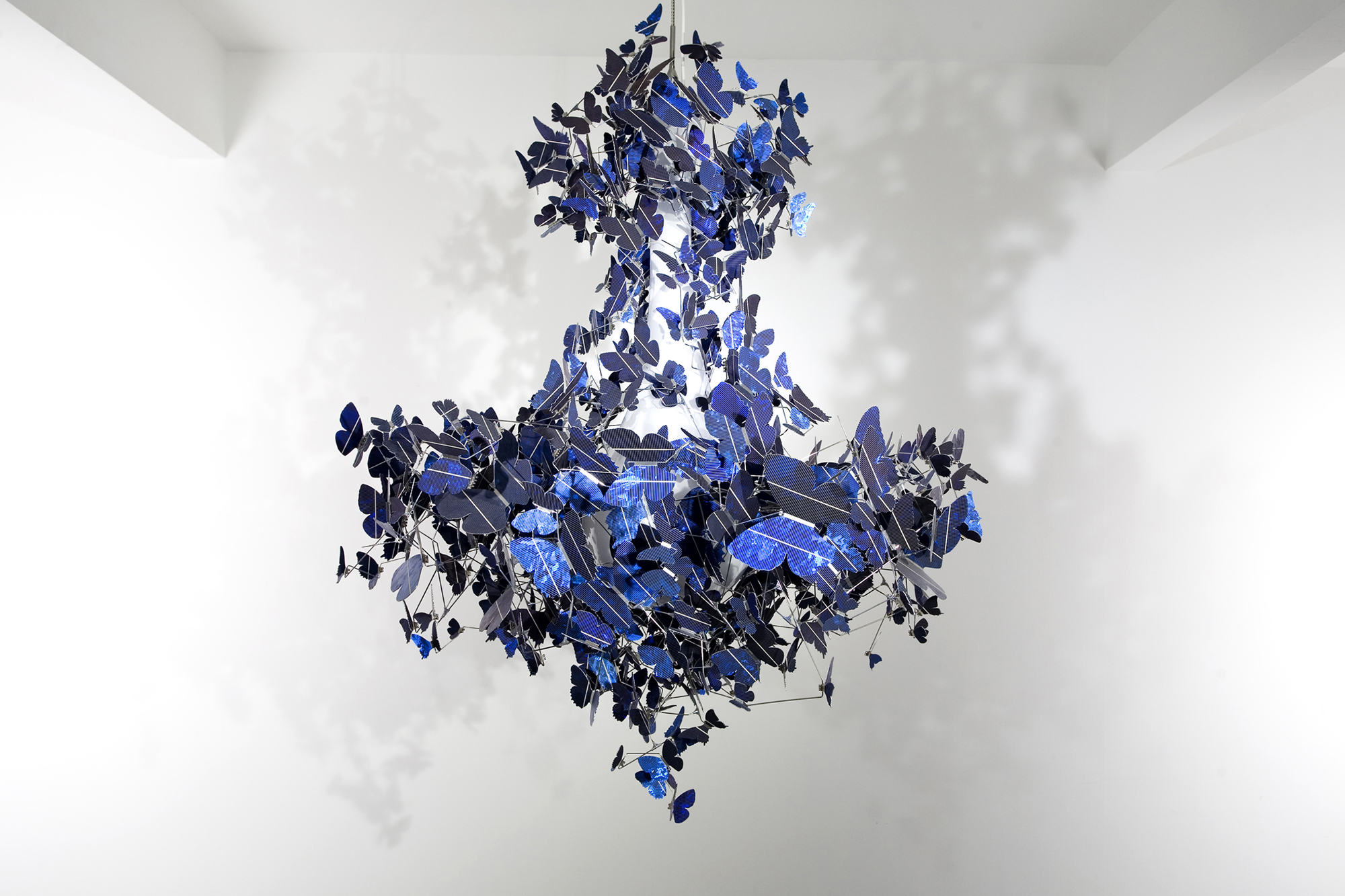 Креативная синяя люстра