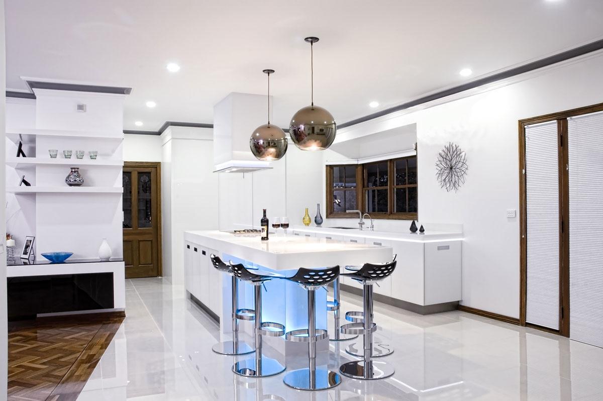 Современная люстра в форме шаров на кухне
