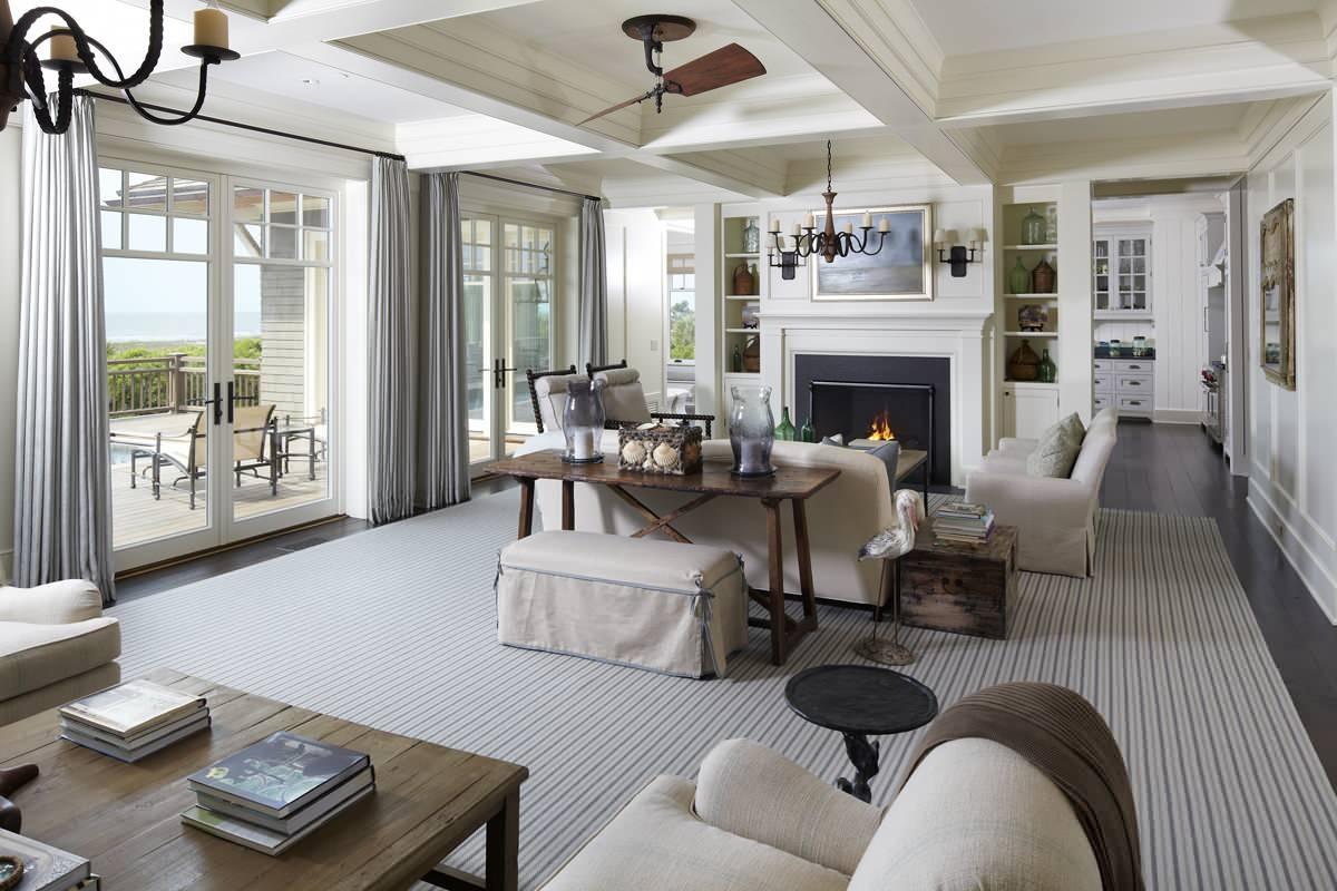 Кованые люстры в большой гостиной в стиле прованс