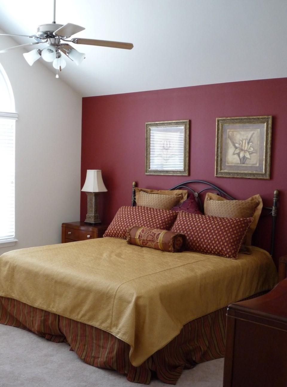 Бордовая спальня на мансарде