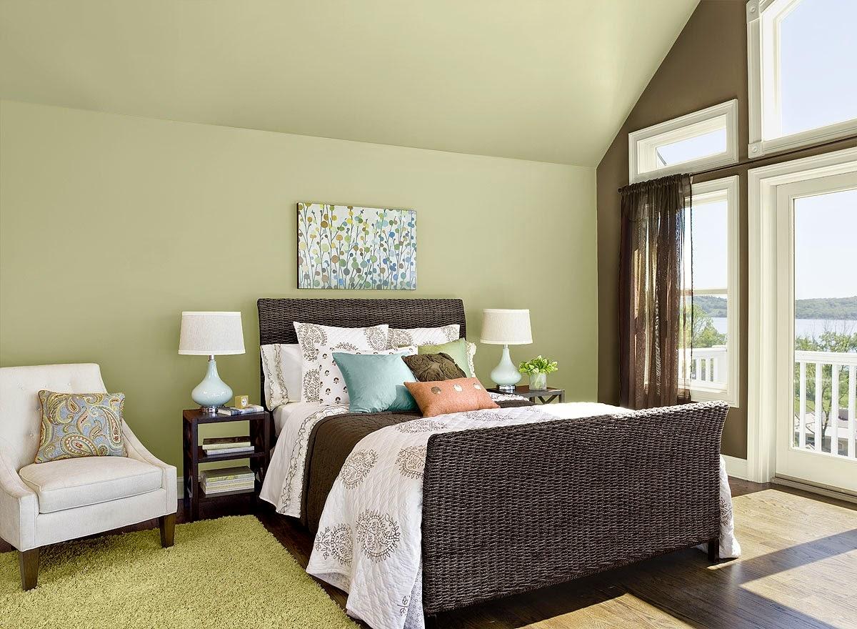 Оливковый цвет в интерьере спальни на мансарде