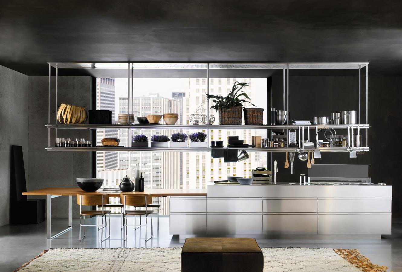 Кухонный гарнитур и подвесные полки из металла