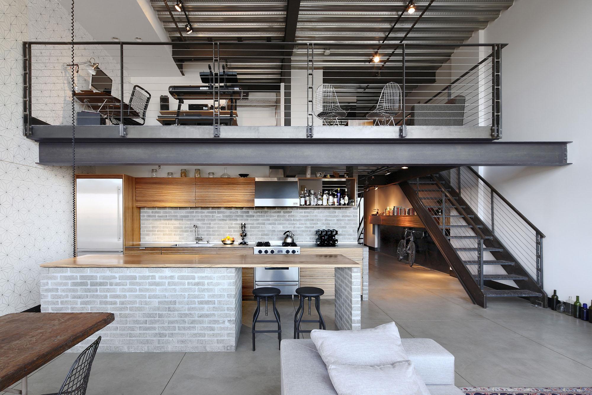 Черная металлическая лестница и ограждения в интерьере