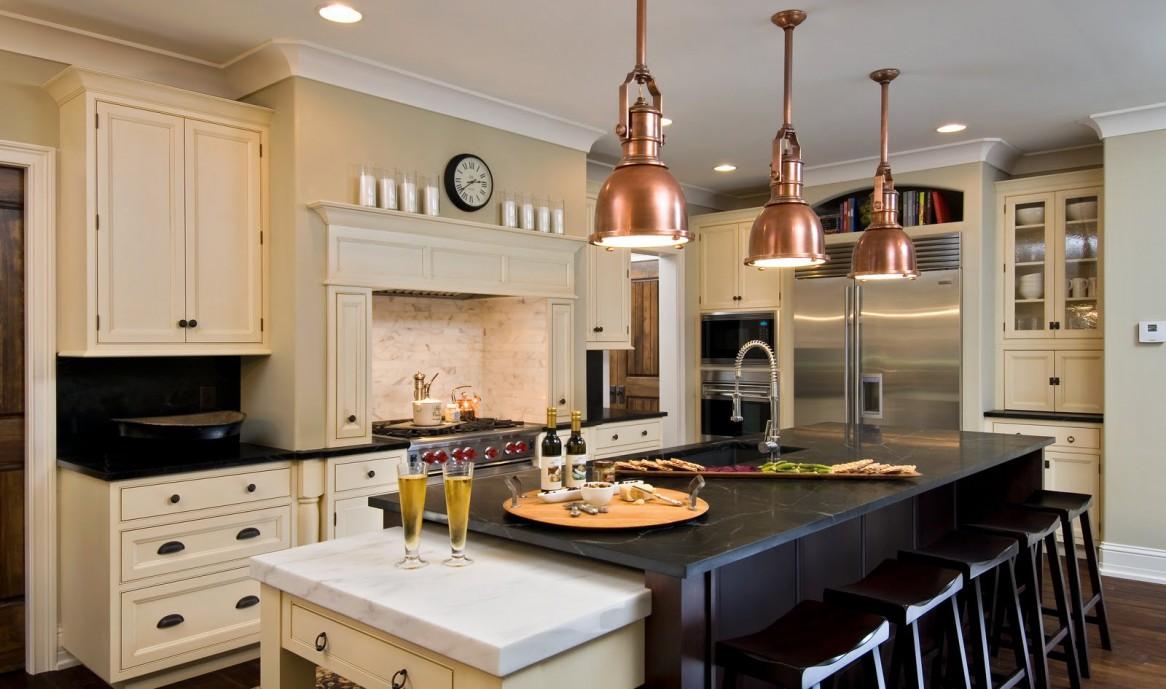 Металлические светильники на кухне с островом