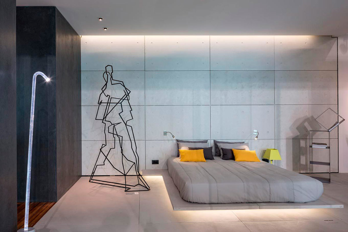 Скульптура из металла в спальне