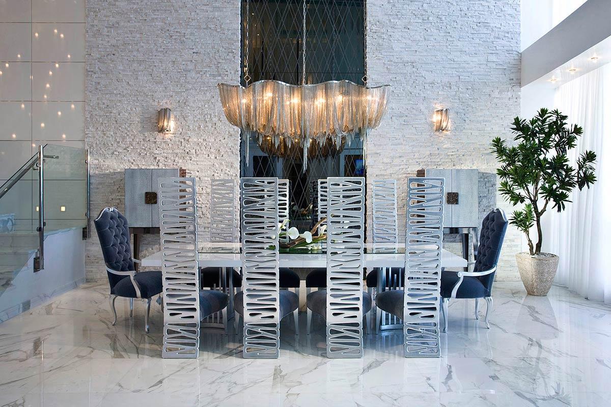 Стулья с металлическими спинками в столовой