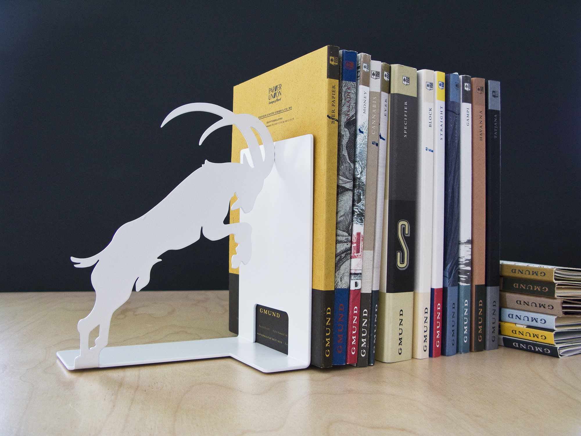 Белая подставка для книг из металла