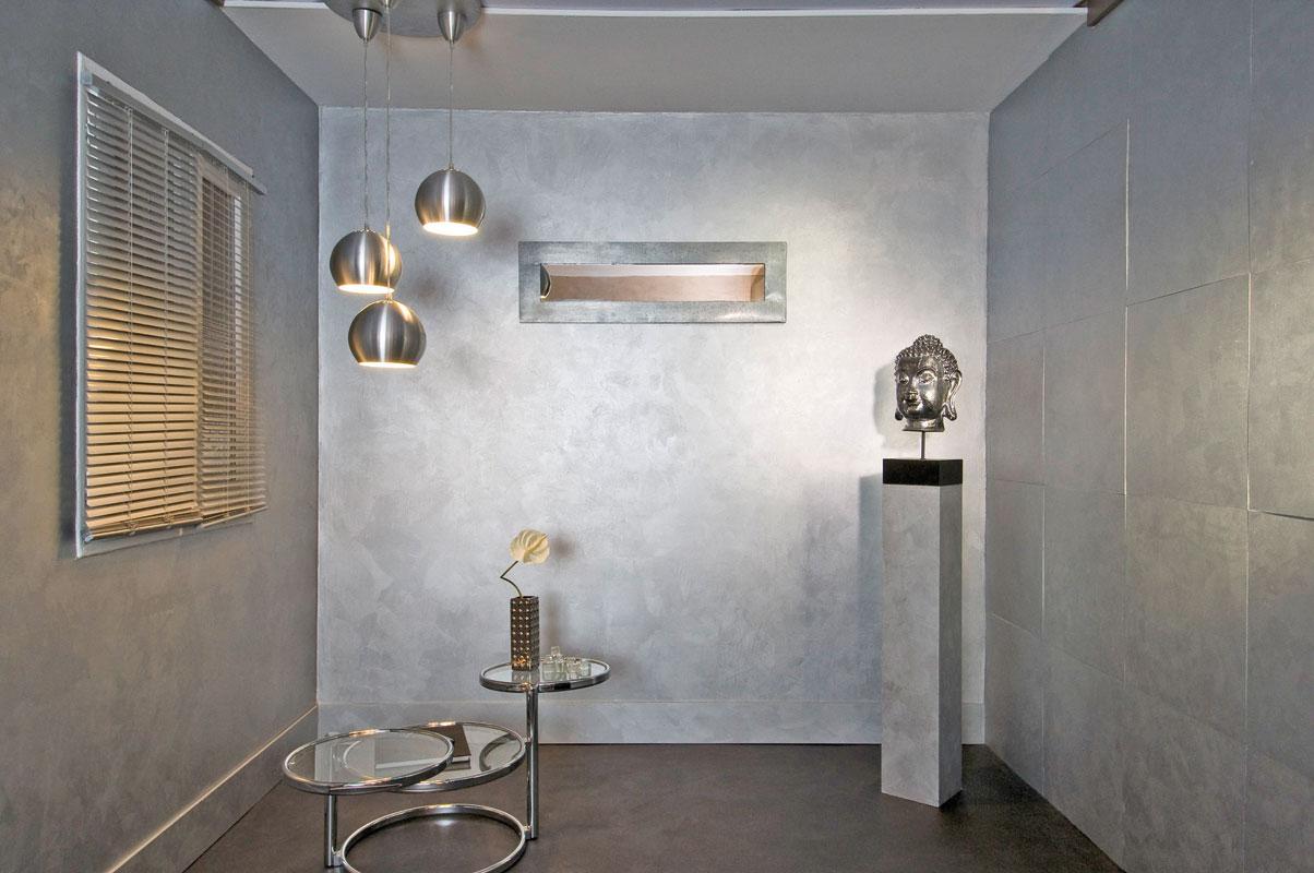 Комната с металлическим декором и отделкой с металлическим эффектом