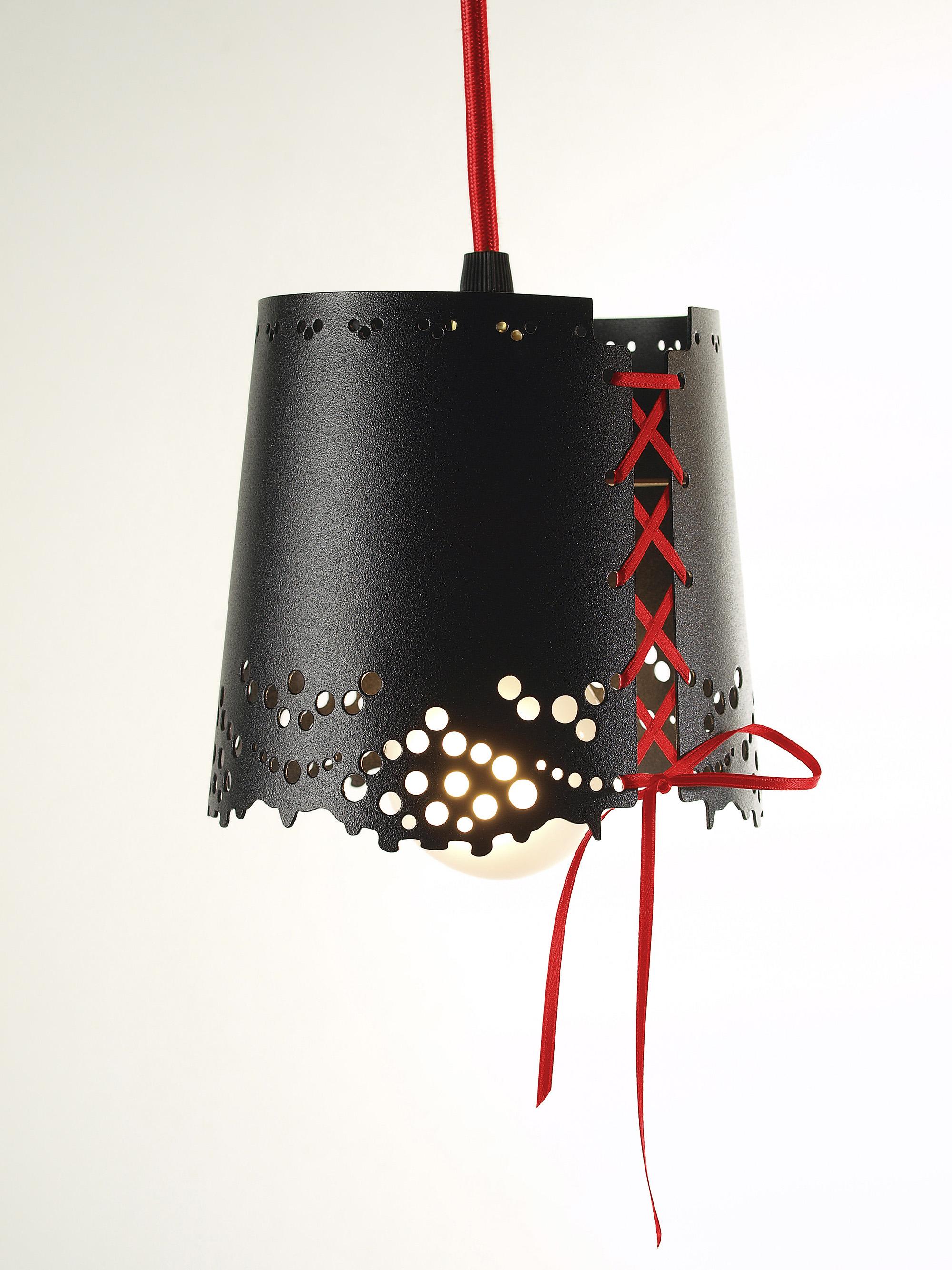 Красно-черная металлическая люстра