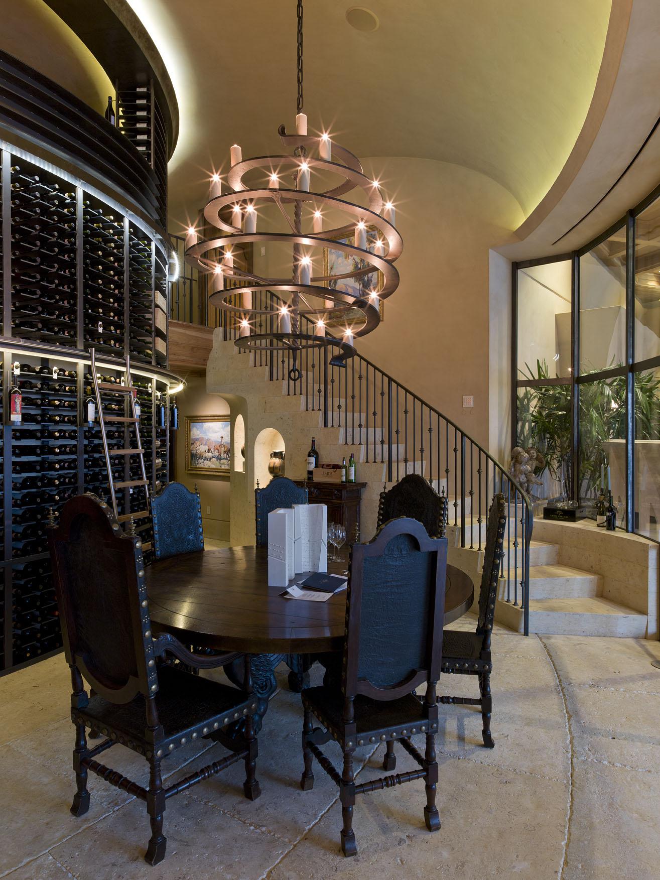Кованая люстра в готической гостиной
