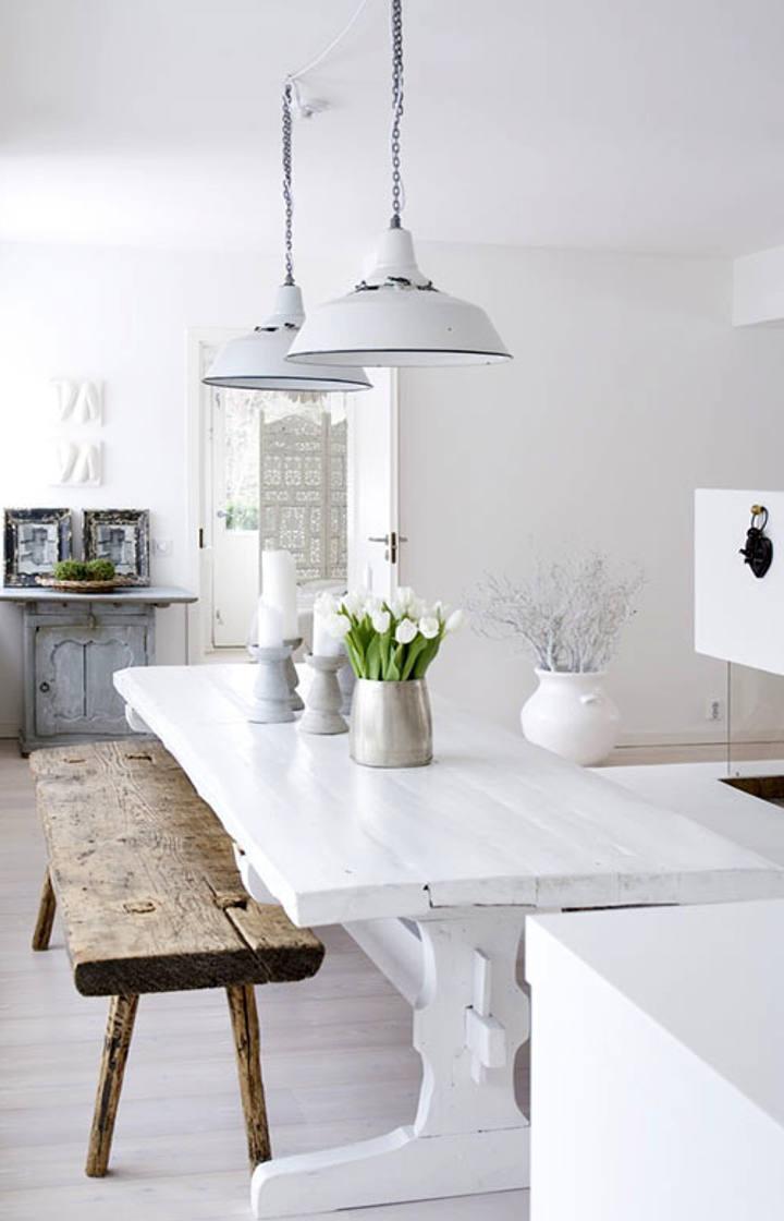 Белые металлические люстры на кухне