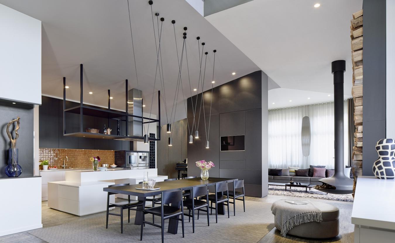 Длинные металлические подвесные светильники на кухне
