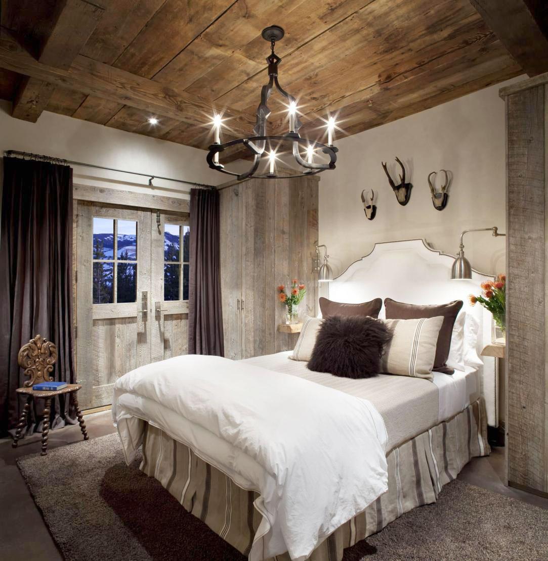Металлическая люстра и лампа в спальне