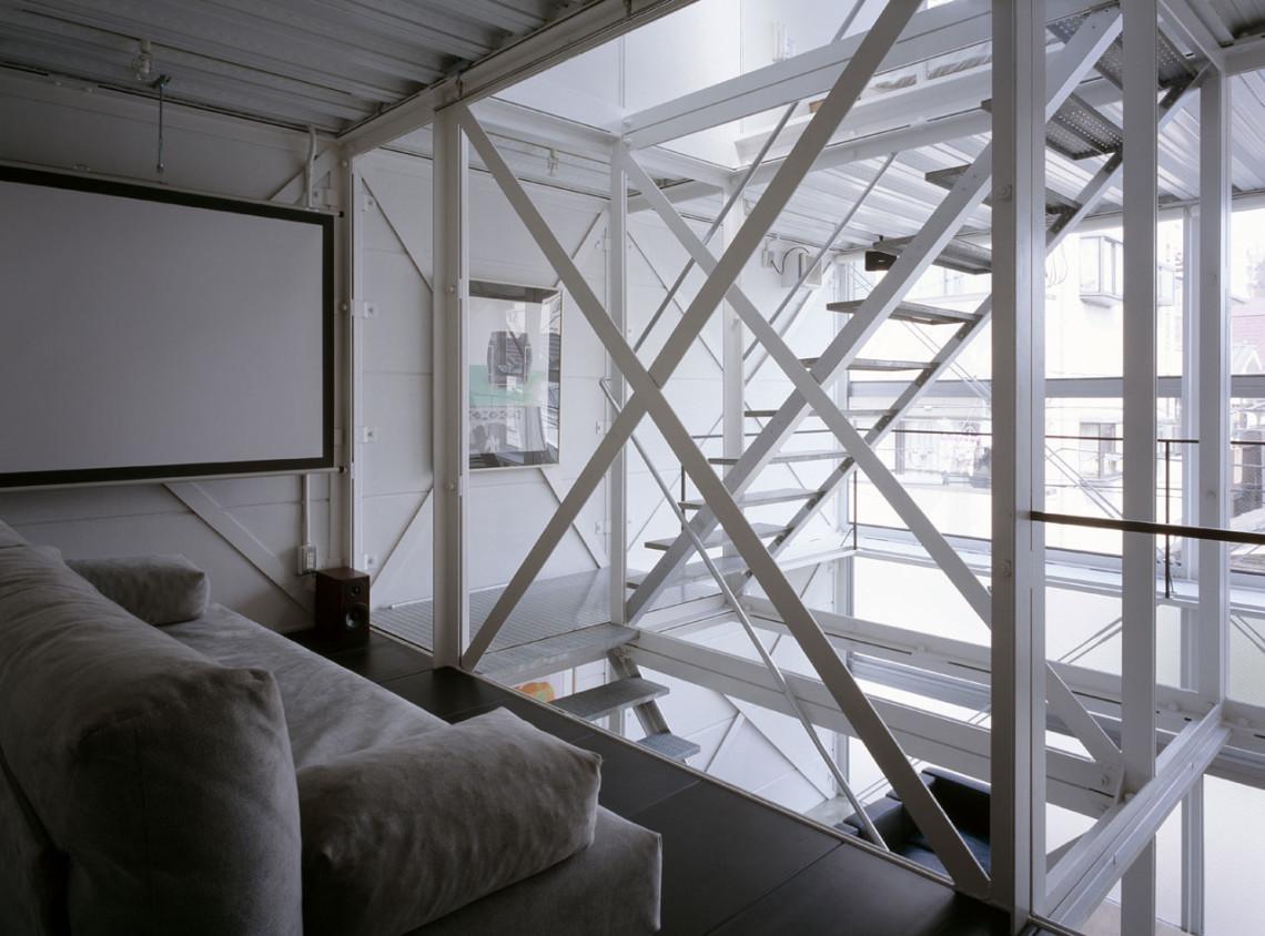 Белая металлическая лестница в интерьере