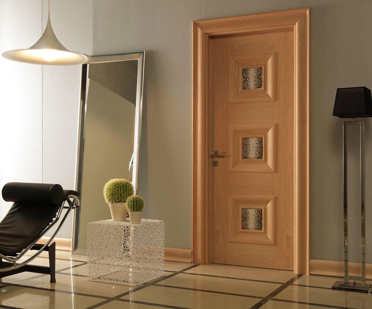 Светло-коричневая дверь в интерьере