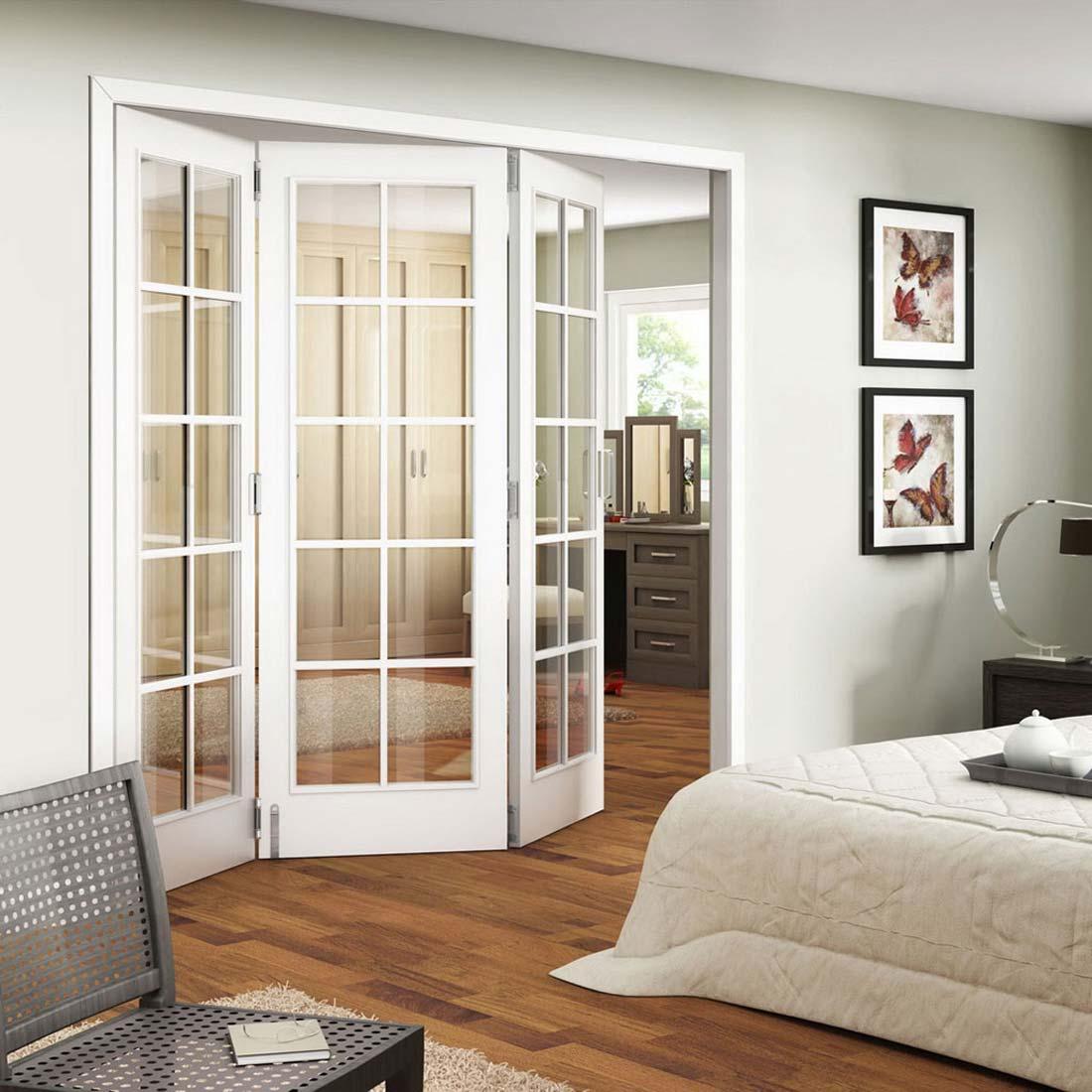 Белые складные двери в спальню