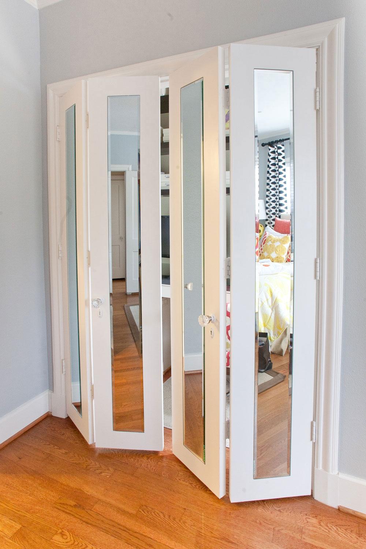 Белые складные двери с зеркалами