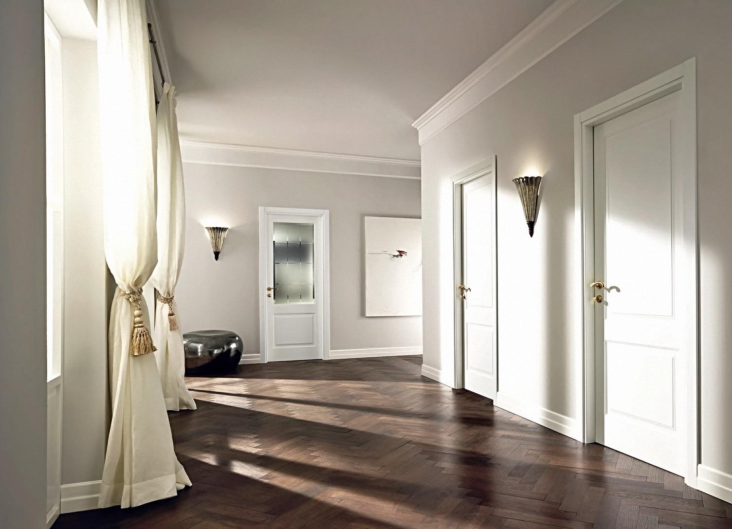 Белые распашные двери в классическом интерьере