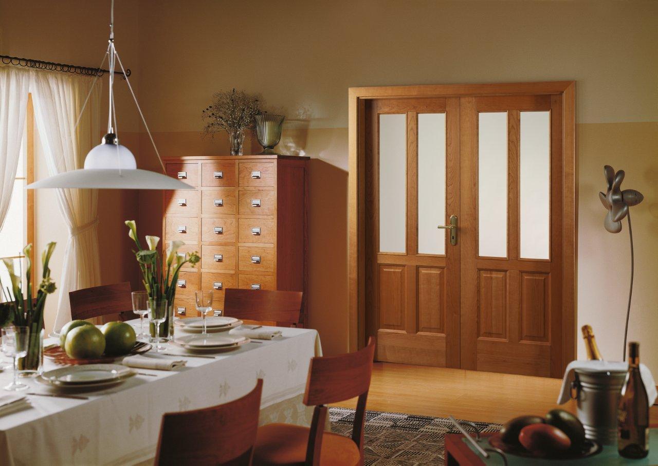 Двойные коричневые распашные двери в интерьере