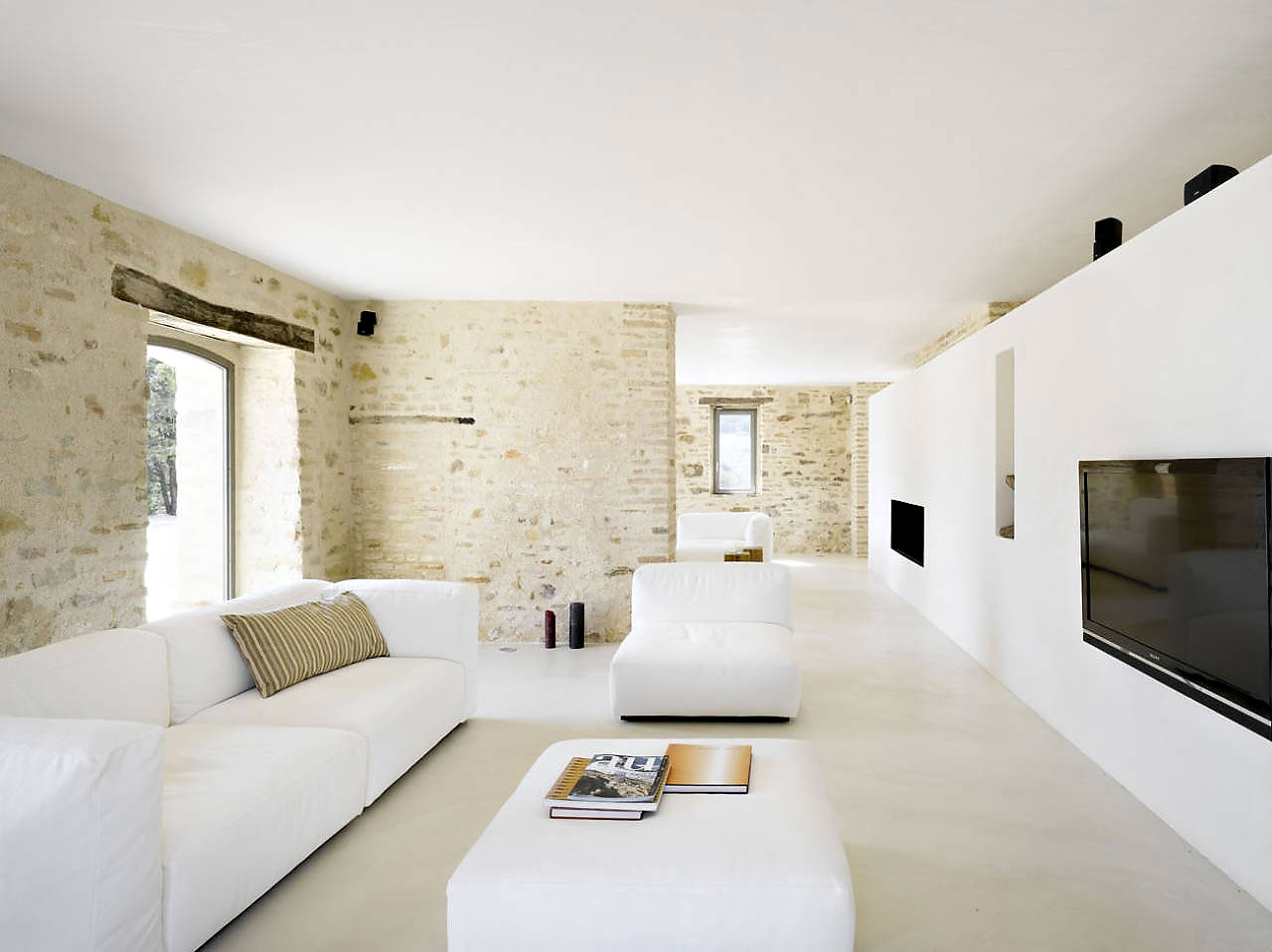 Кирпичные стены в интерьере дома в стиле минимализм