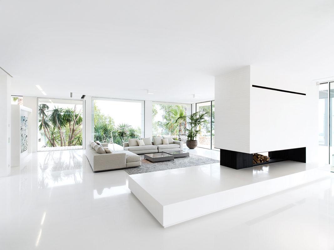 Большая светлая гостиная в стиле минимализм